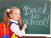 Enfant écrit sur le tableau noir. — Photo