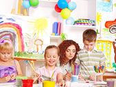 Criança, pintura em cavalete. — Fotografia Stock