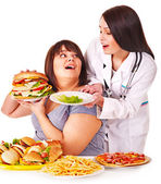 женщина с гамбургерами и доктор. — Стоковое фото