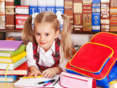 Ребенок с книгой стека. — Стоковое фото