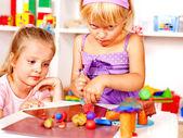 Niño jugando con plastilina. — Foto de Stock