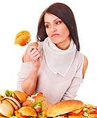 Kobieta gospodarstwa hamburgera. — Zdjęcie stockowe