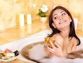 Femme se baignant dans la salle de bain — Photo