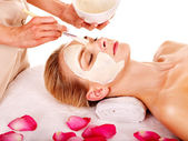 Máscara facial de argila no spa de beleza. — Foto Stock