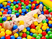 Criança em bola colorida. — Fotografia Stock
