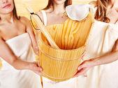 Sauna emmer houden door groep vrouw. — Stockfoto