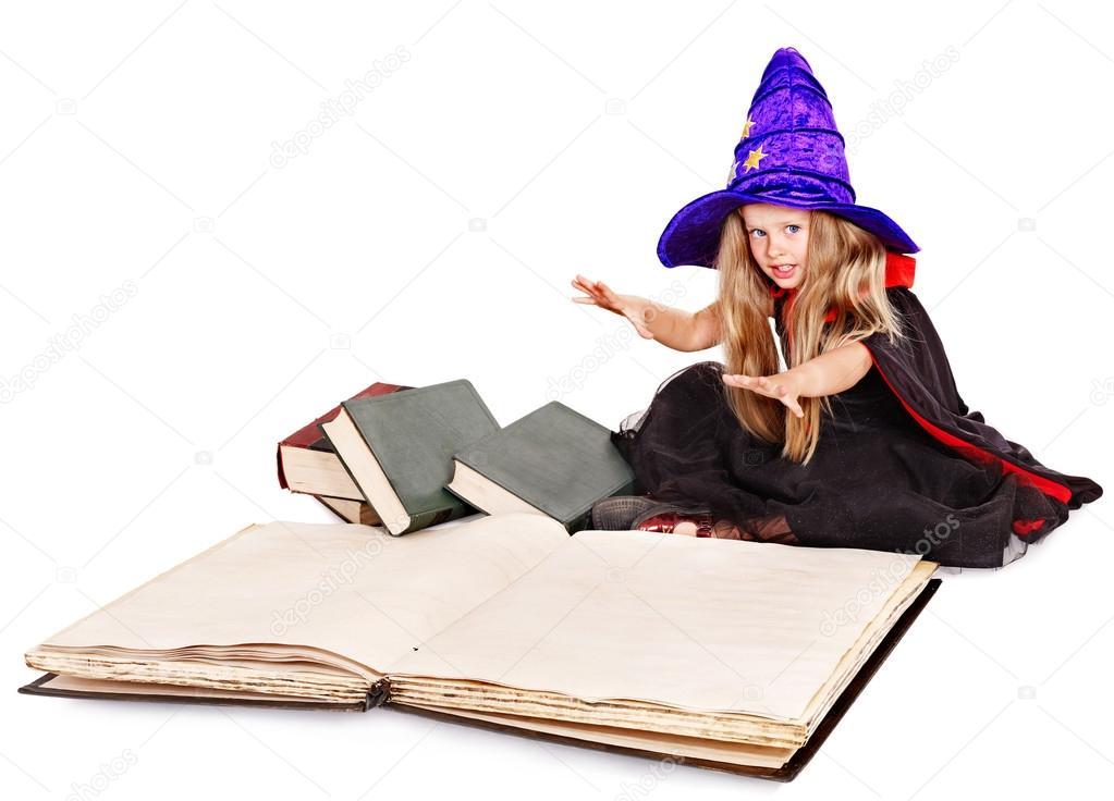 巫婆拿书的小女孩 ― 图库照片08poznyakov