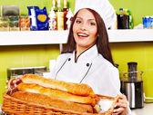 Vrouwelijke chef-kok bedrijf voedsel. — Stockfoto
