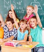 Escuela niño sentado en el salón de clases. — Foto de Stock