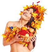 Panier de tenue de fille avec des fruits. — Photo