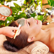 Clay facial mask in beauty spa. - Foto Stock