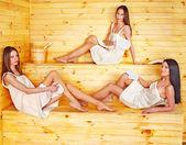 Vrouw ontspannen in de sauna. — Stockfoto