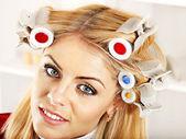Kobiety noszą papilotki na głowie. — Zdjęcie stockowe