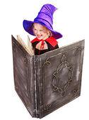 Bruxa menina segurando o livro. — Fotografia Stock