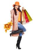 Mujer sosteniendo hojas de naranja. — Foto de Stock