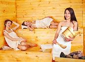 žena relaxaci v sauně. — Stock fotografie