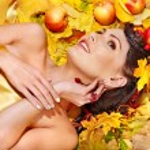 Woman holding autumn fruit. — Stock Photo