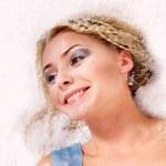 giovane donna con neve — Foto Stock