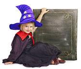 ведьма маленькая девочка держит книгу. — Стоковое фото