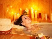 Kobieta wziąć kąpiel bąbelkowa. — Zdjęcie stockowe