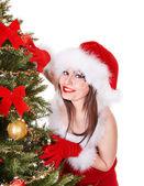 Fille de Noël dans santa holding boîte-cadeau. — Photo