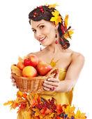 Cesta de exploração da menina com frutas. — Foto Stock