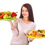 Frau Wahl zwischen Obst und hamburger — Stockfoto