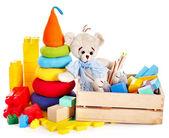 Brinquedos para crianças com ursinho de pelúcia e cubos. — Foto Stock
