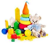 παιδιά παιχνίδια με αρκουδάκι και μπάλα. — Φωτογραφία Αρχείου
