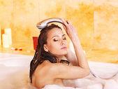 年轻女子带泡泡浴. — 图库照片