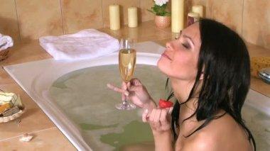 Woman relaxing in bath. — Stock Video