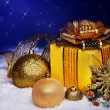 Foto Stock: Christmas ball and gift box in snow.