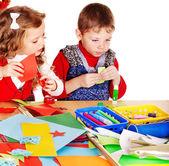 Niños haciendo tarjeta. — Foto de Stock