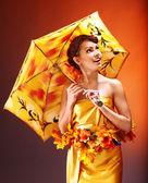 Chica con maquillaje y peinado otoño. — Foto de Stock