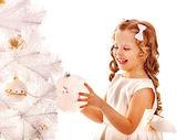 儿童装饰白色圣诞树. — 图库照片