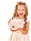 Kind hält große weiße Weihnachten-Kugel. — Stockfoto