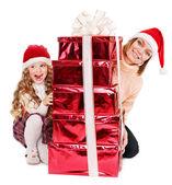 счастливая семья с ребенком, давая стека красной подарочной коробке. — Стоковое фото