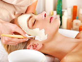 Clay facial mask in beauty spa. — Stock Photo