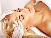 Vrouw botox injecties geven. — Stockfoto