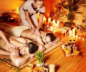 Homme et femme relaxante dans le spa. — Photo