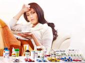 Femme ayant les pilules et comprimés. — Photo