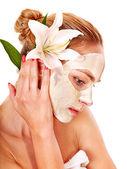 Vrouw met gezichts masker. — Stockfoto