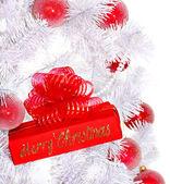 árbol de navidad blanco y caja de regalo roja. — Foto de Stock