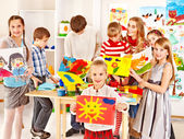 Dítě maluje na umělecké škole. — Stock fotografie