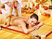 žena se bambusová masáž. — Stock fotografie