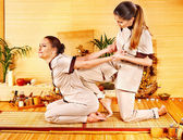 Terapeuta dando stretching massaggio per donna. — Foto Stock