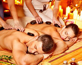 Mulher e homem pedra terapia de massagem no spa. — Foto Stock