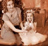 Niño con regalos receptora madre bajo el árbol de navidad. — Foto de Stock