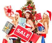 Dívka v santa hat drží Vánoční dárková krabička. — Stock fotografie