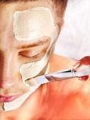 Ton-gesichtsmaske im beauty spa. — Stockfoto
